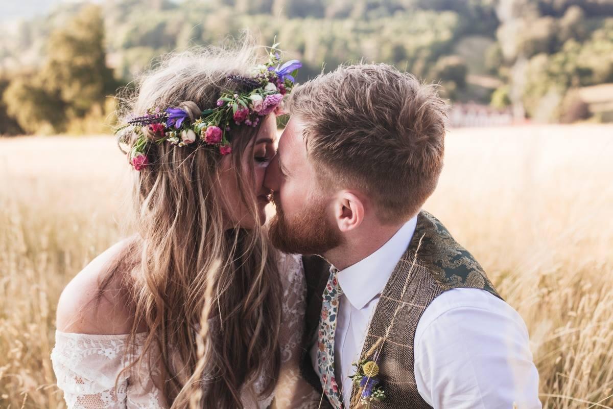 couple-kiss-wedding-photography
