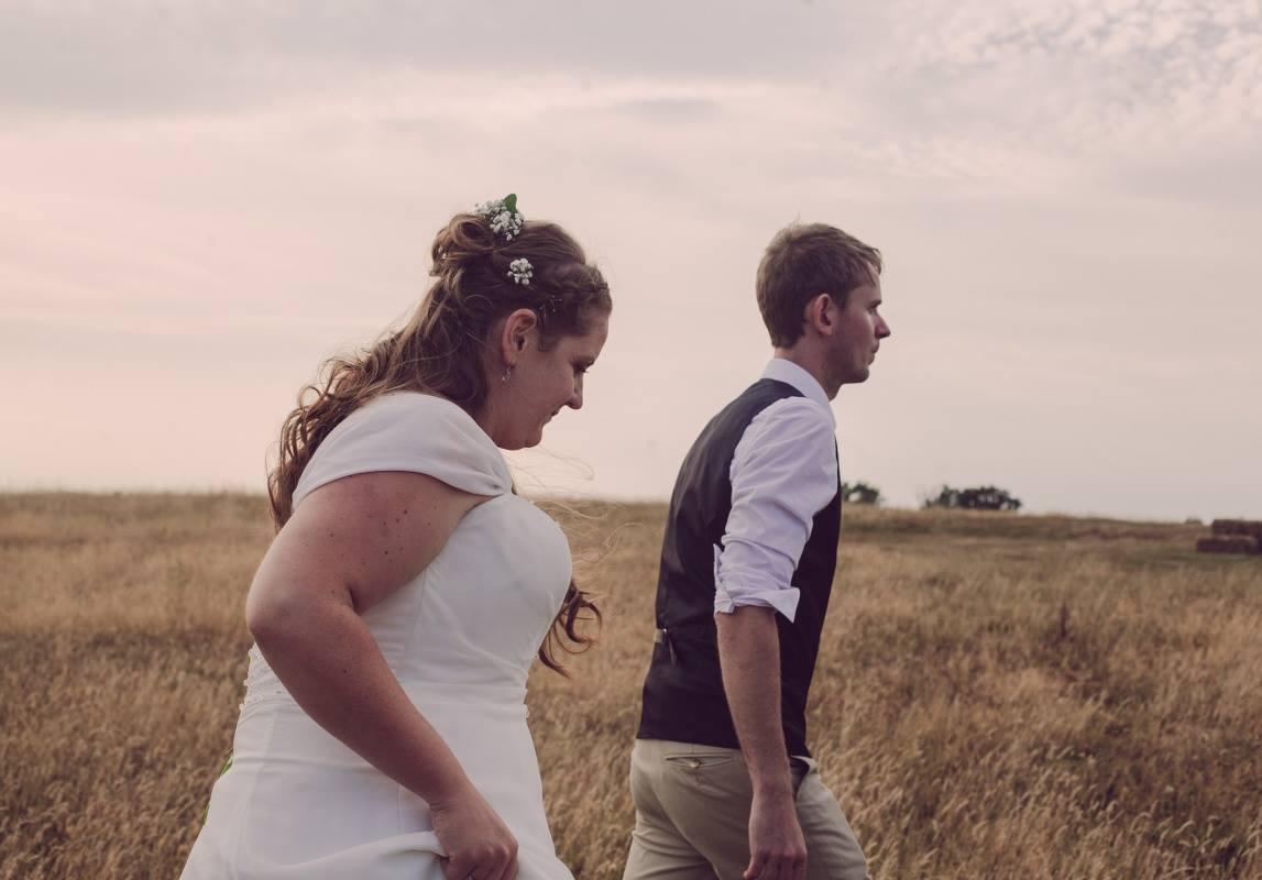 couple-shoot-field-natural-wedding-photographer