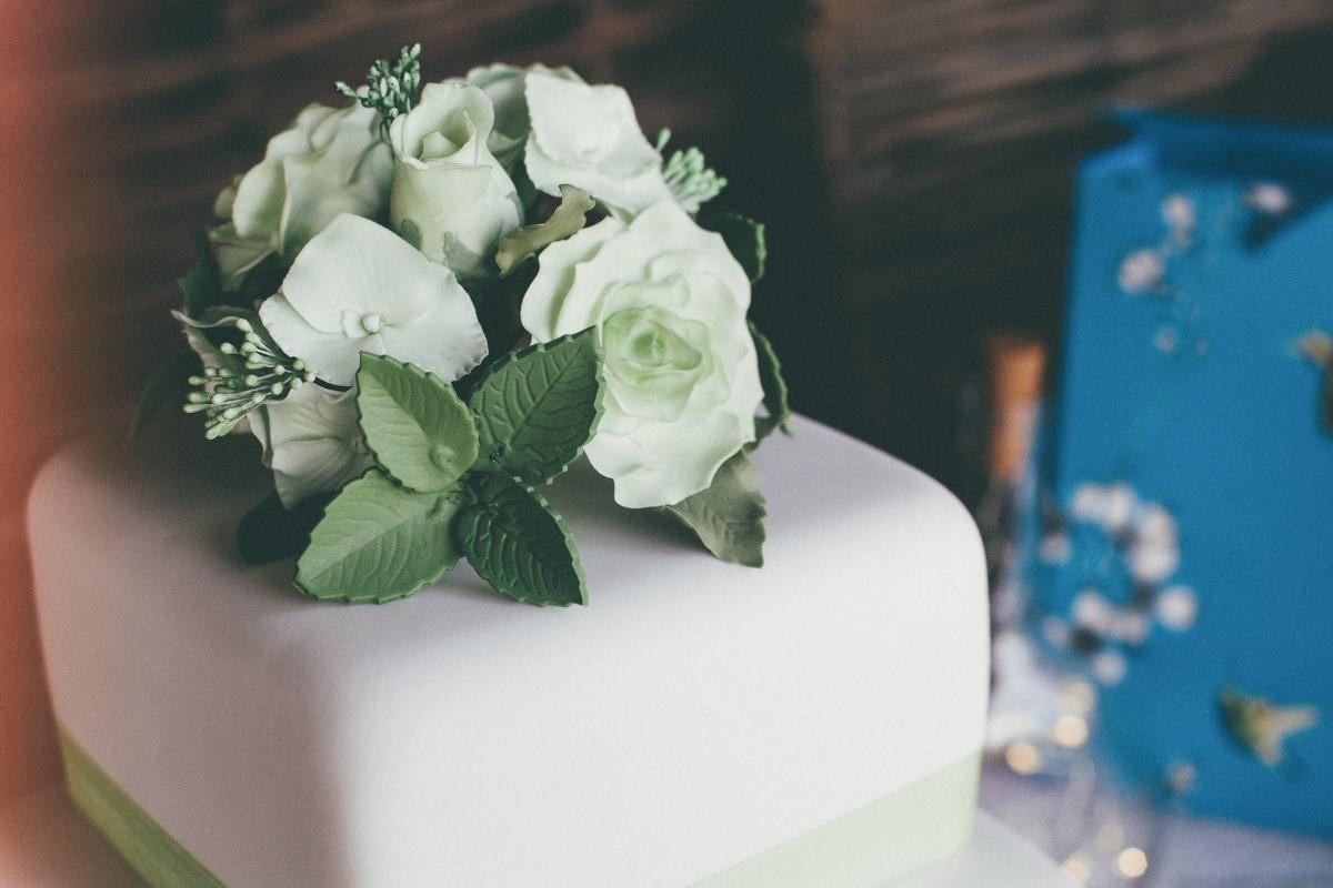 wedding-cake-natural-wedding-photographer-2