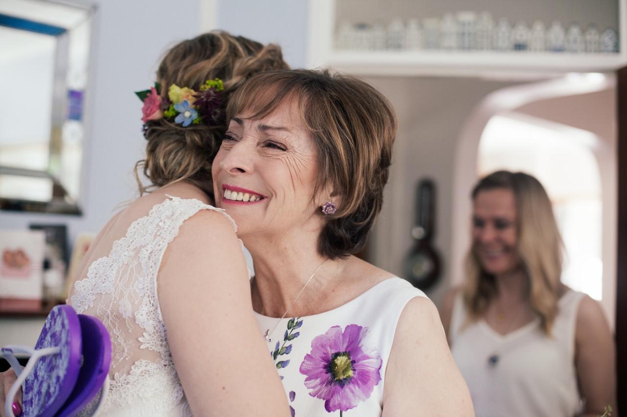 bride-hugging-mother