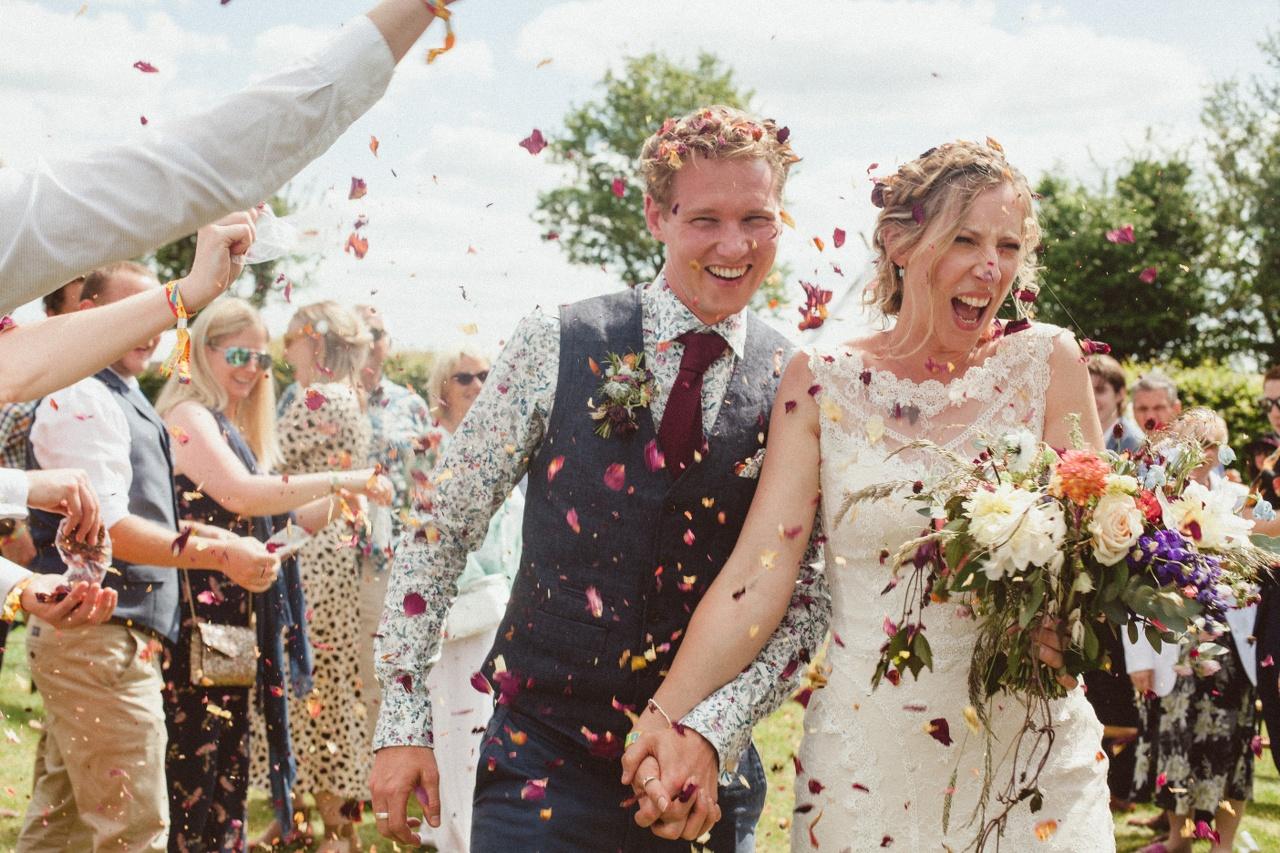 confetti-throw-wedding-photography